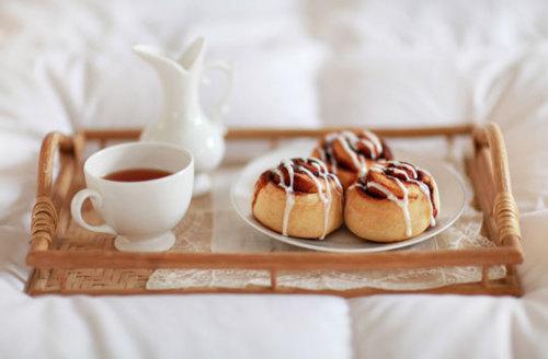 cinnamon rolls in bed
